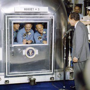 Il presidente Richard Nixon dà il benvenuto agli astronauti
