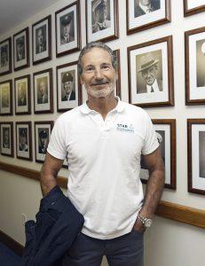 Paul Cayard davanti alle foto dei commodori del St. Francis Yacht Club