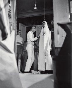 Pierre Cardin durante una prova in atelier nel 1970