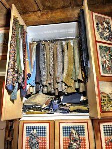 L'armadio delle giacche e dei pantaloni sportivi.